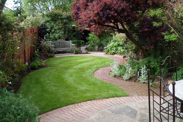 Small garden design guildford surrey for Small garden designs photos